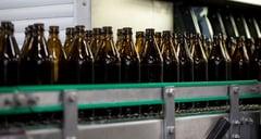 Flaschen am Fließband Neumarkter Lammsbräu
